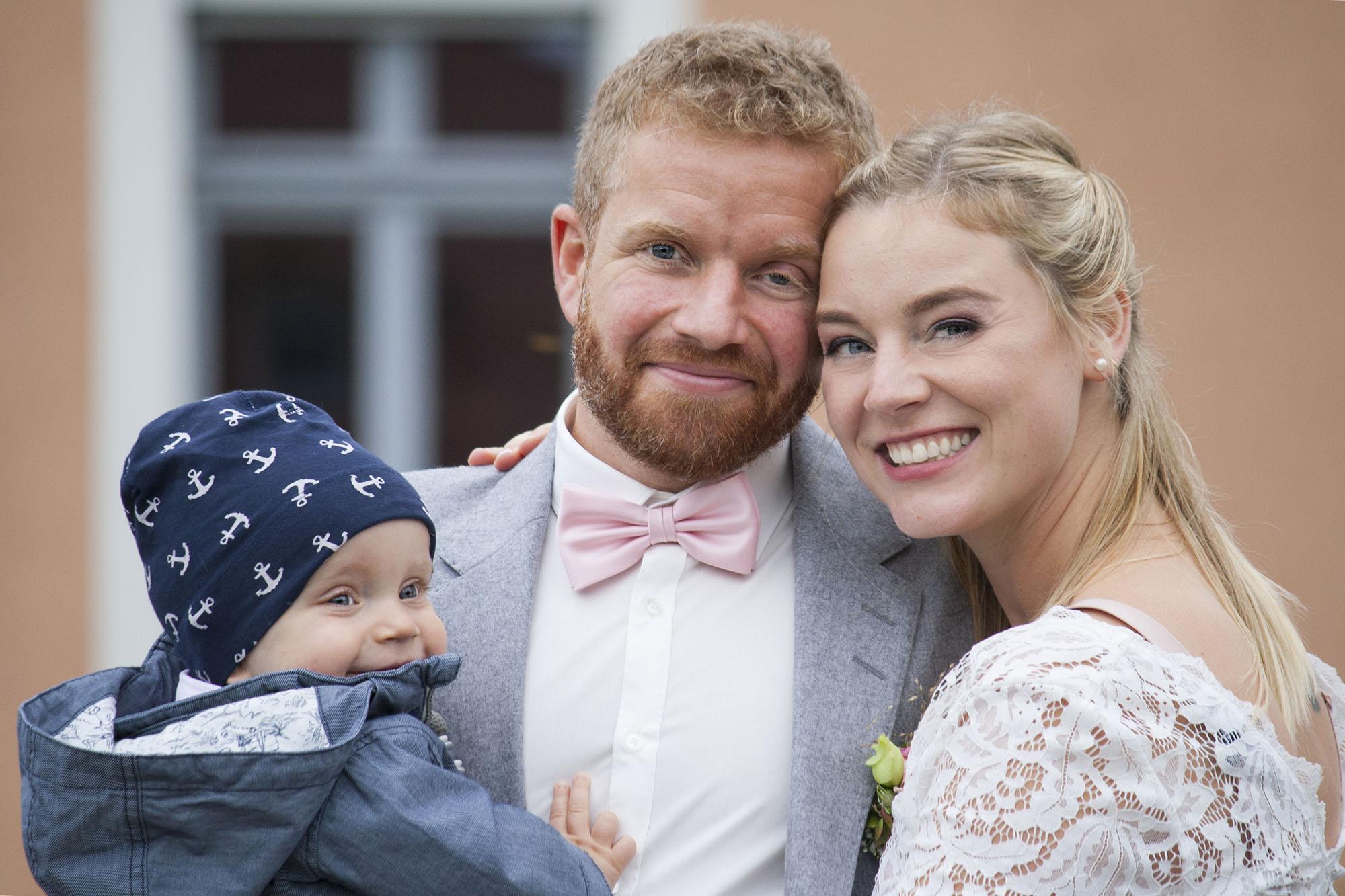 Brautpaar Portrait mit Kind