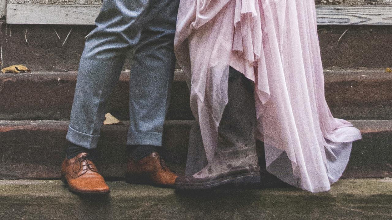 Brautpaar Beine im Regen