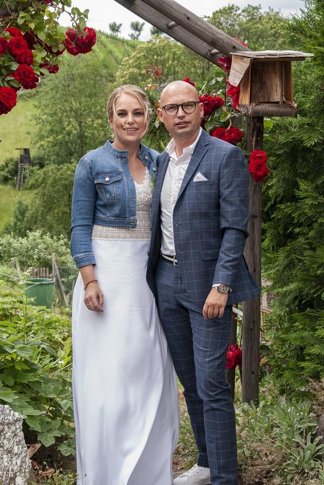 Brautpaar unter Rosenbogen