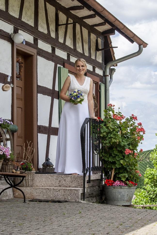 Braut vor Fachwerkhaus