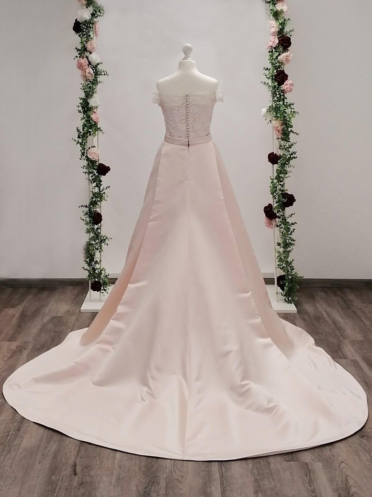 Blush Brautkleid mit Schleppe