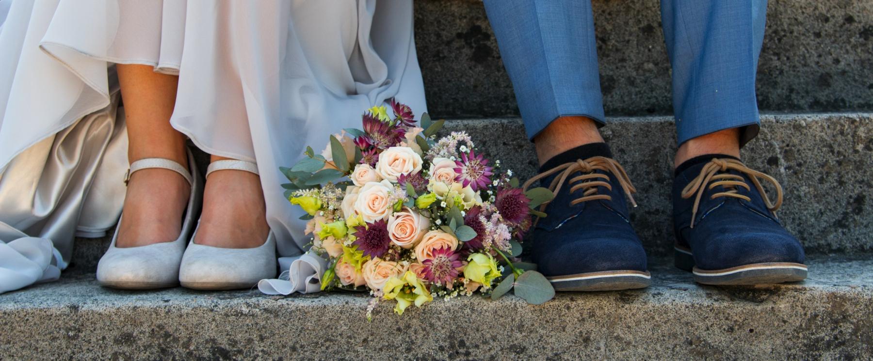 Brautpaar Schuhe und Brautstrauß