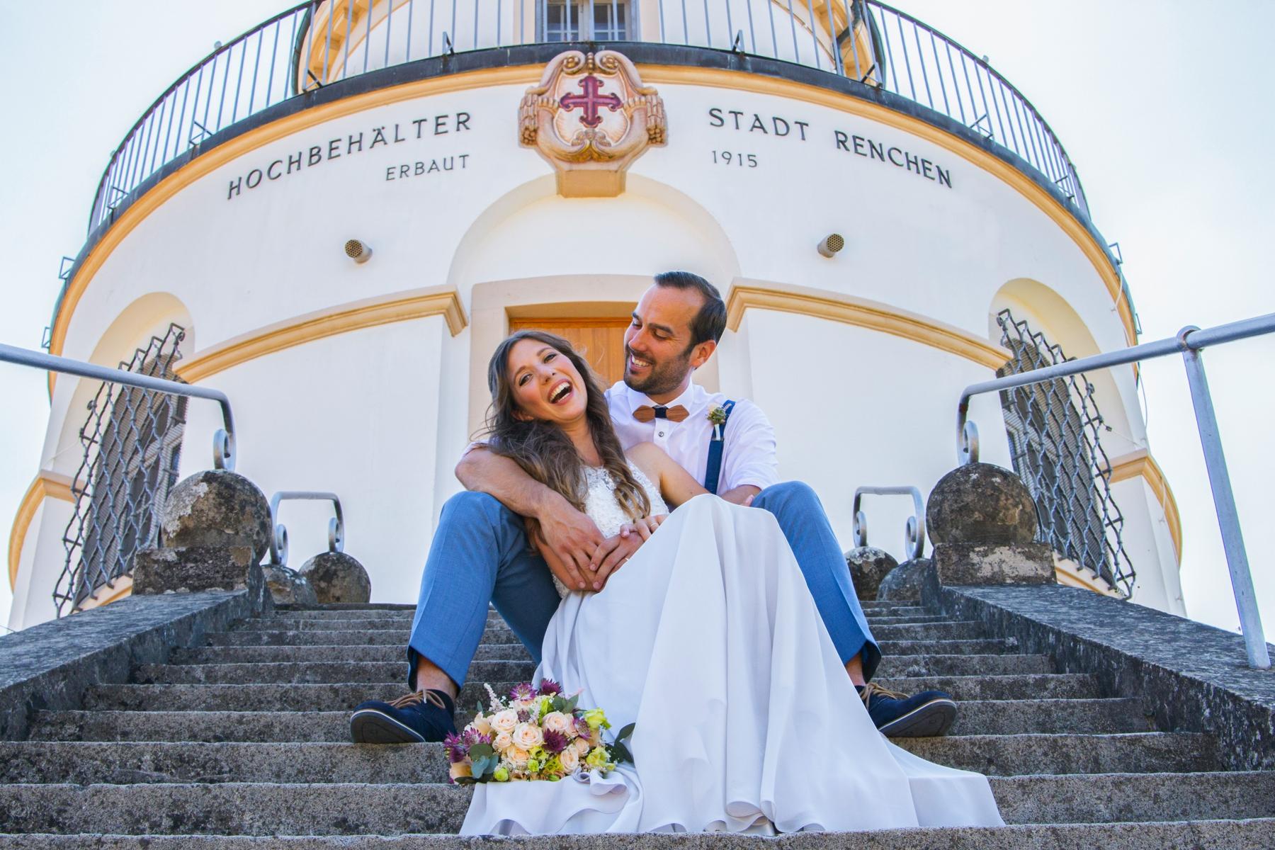 Brautpaar vor Hochbehälter Renchen sitzend