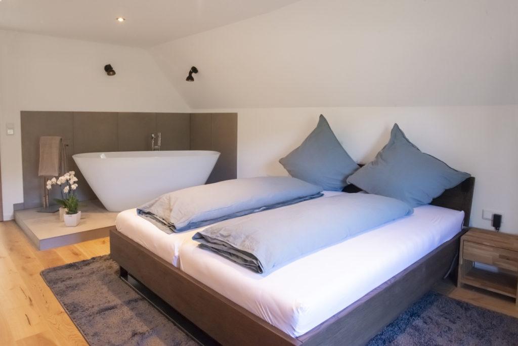 Freistehende Badewanne und Bett Honeymoon-Suite