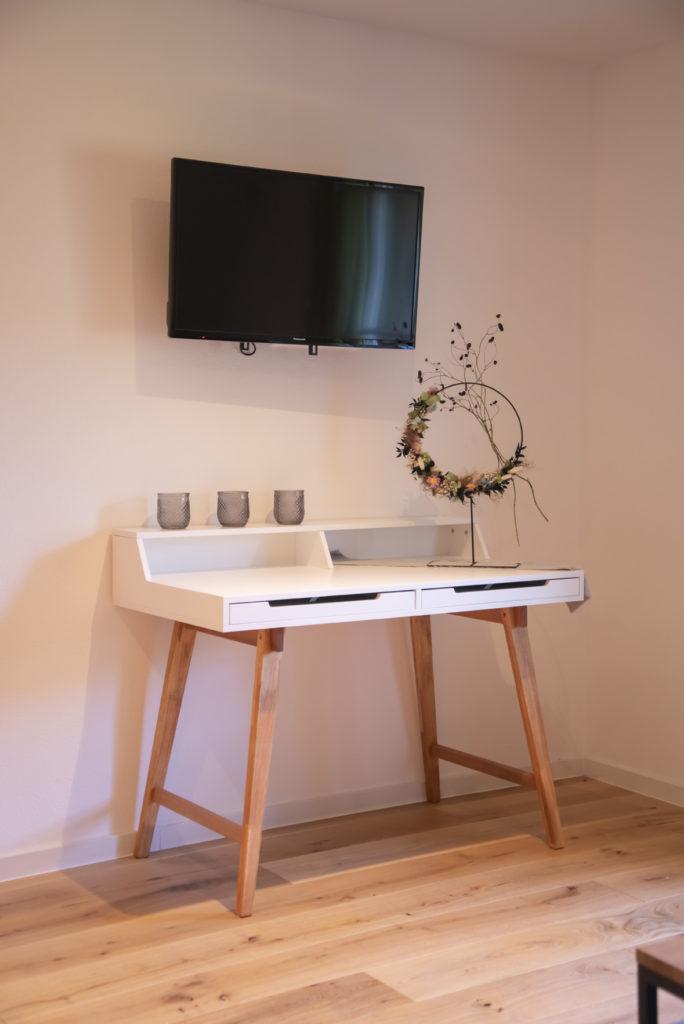 Schminktisch und TV Honeymoon-Suite