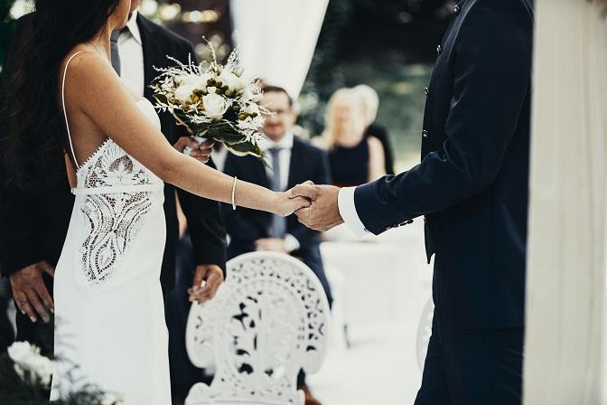 Bräutigam fasst Braut bei der Hand