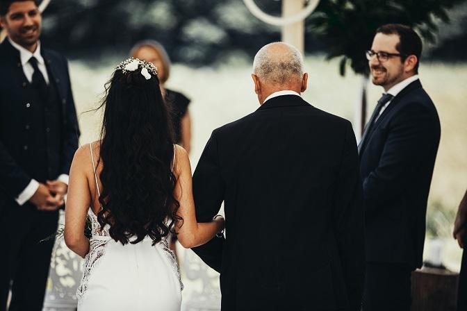 Braut zieht mit Brautvater ein
