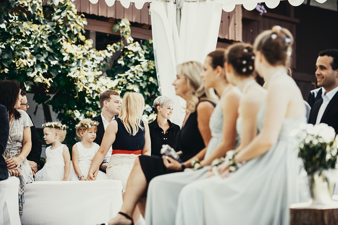 Gespannte Gäste bei freier Trauung