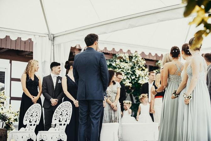 Bräutigam wartet auf Braut bei Zeremonie