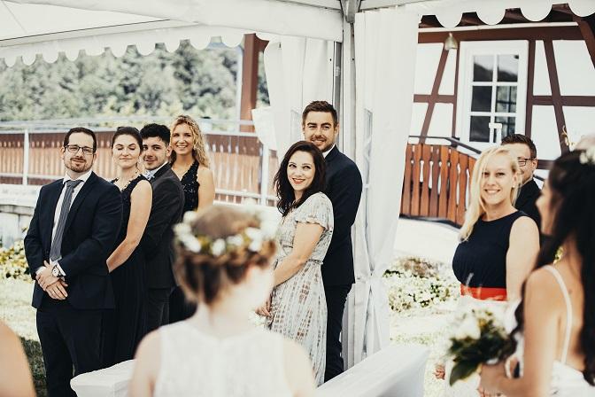 Gäste strahlen bei Einzug Braut