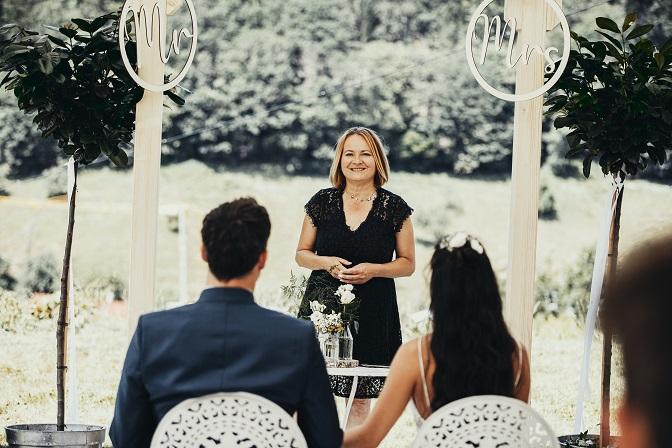 Brautpaar mit freier Traurednerin